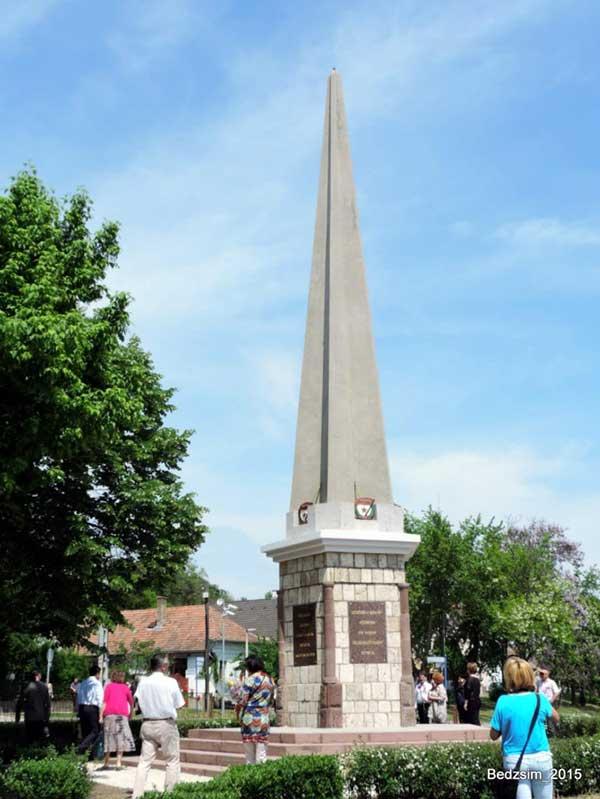 Памятник советским солдатам отремонтирован мэрией г. Пакш
