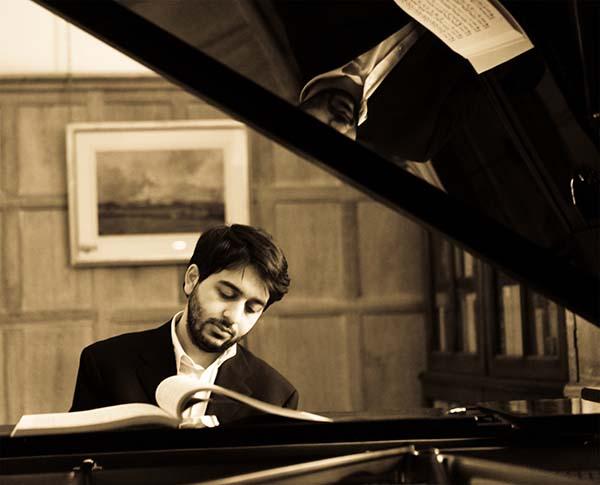 Пианист Лука Окрос