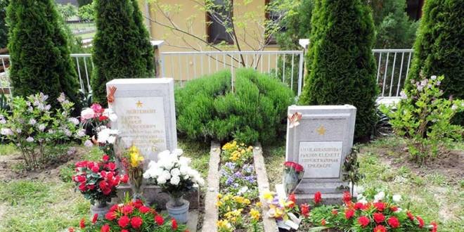 Возложение венков на могилах советских солдат в Дунафёльдваре и в Пакше