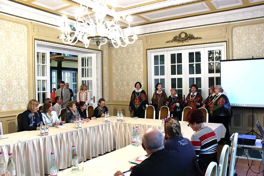 Участников конференции приветствует фольклорный коллектив соотечественников «Сударушки»