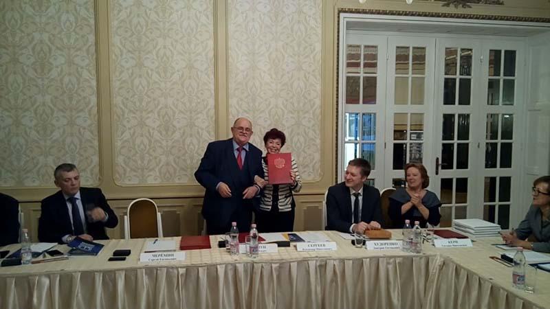 Светлана Гокиели получает грамоту правительства Москвы