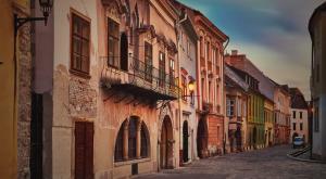 Средневековые улочки под черепичными крышами